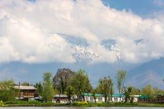 Lokalnej wioski halny tło wzdłuż granicy Dal jezioro Zdjęcie Stock