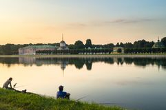 Lokalni fishers na stawie w nieruchomości Kuskovo, Moskwa Zdjęcie Royalty Free