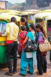 Lokalni ludzie czeka tuk-tuk przy Kinari bazarem w Agra, Utt Zdjęcie Royalty Free