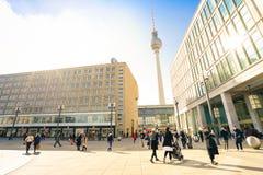 Lokalni ludzie i turyści chodzi na Aleksander Platz w Berlin fotografia royalty free