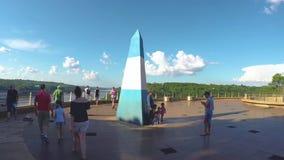 Lokalni ludzie i turyści odwiedza Argentyńskiego obelisk trzy kresy: Brazylia, Argentyna i Paraguay, zbiory wideo
