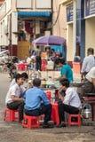 Lokalni ludzie je ulicznego jedzenie w Yangon, Myanmar Obraz Stock