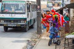 Lokalni ludzie na ulicie Pokhara zdjęcie royalty free