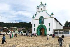 Lokalni ludzie przed kościół San Juan w miasteczku San Juan Chamula, Chiapas, Meksyk fotografia royalty free