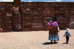 Lokalni ludzie przy Kalasasaya świątyni ścianą Tiwanaku archeologiczny miejsce Boliwia Zdjęcia Royalty Free