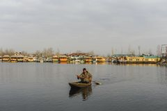 Lokalni ludzie przy Kashmir używać łódź przy jeziorem Obraz Royalty Free