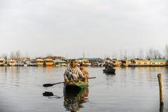 Lokalni ludzie przy Kashmir używać łódź przy jeziorem Obraz Stock