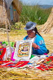 Lokalni ludzie przy Uros wyspami na Jeziornym Titicaca Peru Obrazy Royalty Free