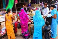 Lokalni ludzie robi zakupy przy Kinari bazarem w Agra, Uttar Pradesh, I Obraz Royalty Free
