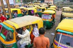 Lokalni ludzie siedzi w tuk-tuk przy Kinari bazarem w Agra, Utta Fotografia Royalty Free
