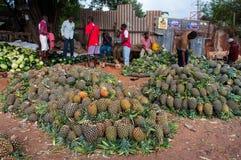 Lokalni ludzie sprzedają lokalnego warzywa przy rynkiem, Malindi, Kenja. Zdjęcia Royalty Free