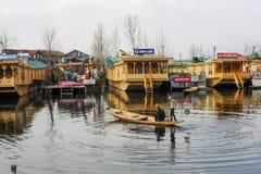 Lokalni ludzie używa łódź przy pięknym widokiem Dal Jeziorny Kaszmir India podczas wiinter Obrazy Royalty Free