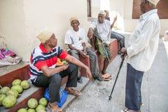 Lokalni mężczyźni opowiada i sprzedaje Kamienny Miasteczko, Zanzibar Tanzania obraz royalty free