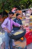 Lokalni mężczyzna prażaka arachidy przy Johari bazarem w Jaipur, India Obraz Royalty Free