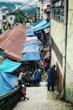 lokalni rolnicy wprowadzać na rynek wysoko up w górskiej wiosce obraz royalty free
