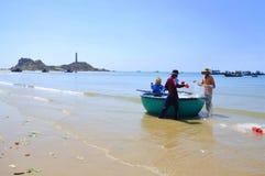 Lokalni rybacy przygotowywają ich sieci rybackie dla nowego pracującego dnia w Lagi plaży zdjęcia royalty free