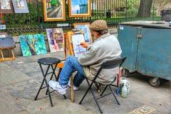Lokalny artysta tworzy obraz sztuk? przy weekendow? chodz?c? ulic? obrazy stock