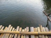 Lokalny bambusa mosta przedpole nad rzeką obraz royalty free