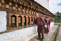 Lokalny Bhutanese obraca modlitewnych koła Zdjęcia Royalty Free
