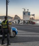 Lokalny Brazylijski policjanta zegarek nad miejscowymi i turystami w Copacabana, Rio De Janeiro, Brazylia Obraz Stock
