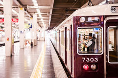 Lokalny commutor pociąg przy Namba stacją, Osaka, Japonia Zdjęcia Royalty Free