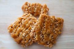 Lokalny deser w Tajlandia dzwonił Ryżowego krakersa lub Ryżowych ciastka na drewnianym tle Robić od rices i jaggery Zdjęcia Royalty Free