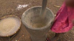 Lokalny husking ryżowe adra w moździerzu, Conakry zbiory wideo