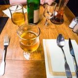 lokalny jabłczany cydr na stole w restauraci Obrazy Stock