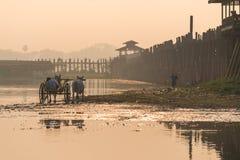 Lokalny mężczyzna na fura przodzie U Bein most zdjęcia royalty free
