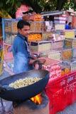 Lokalny mężczyzna sprzedawanie przekąsza przy Johari bazarem w Jaipur, India Zdjęcia Stock