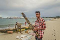 Lokalny malagasy facet sprzedaje instrument muzycznego na plaży zdjęcie royalty free