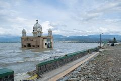 Lokalny meczet W Palu Niszczył Powoduje tsunami Na 28 2018 Wrześniu obrazy royalty free
