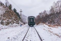 Lokalny pociąg rusza się Przesyłać Baikal stację obrazy stock