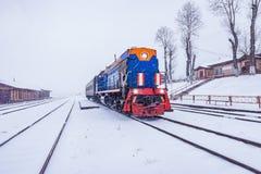 Lokalny pociąg zanim odjazdów stojaki platformą Kultuk stacja Baikal kolej obraz royalty free