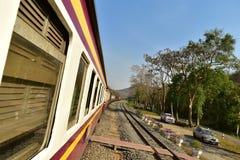 Lokalny pociąg w Tajlandia w halnym, lasowym terenie w Saraburi prowinci/ Zdjęcia Royalty Free