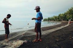 lokalny rybak przygotowywa ich sieć na oszałamiająco tropikalnej południowej pokojowej opustoszałej morze plaży zatoką zdjęcia royalty free