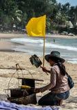 Lokalny sprzedawca autentyczny karmowy odprowadzenie wzdłuż plaży fotografia stock