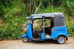 Lokalny tuktuk parkujący stroną droga w wiejskim Nuwara El obrazy stock
