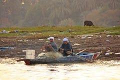 Lokalnych mężczyzna paddling łódź na Nil rzece, Luxor Zdjęcia Royalty Free