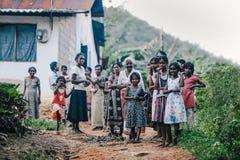 Lokalt byfolk i grannskapen av Colombo Fattiga lokala familjer nära huset i by royaltyfria bilder