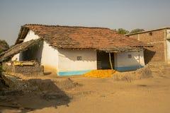 Lokalt byhus med att torka havre, Indien royaltyfria bilder