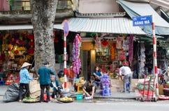 Lokalt dagligt liv av gatan i Hanoi, Vietnam Folket kan det sedda upptagna på egen hand jobbet Royaltyfria Bilder