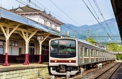 Lokalt drev på den Nikko järnvägsstationen - Japan royaltyfria bilder