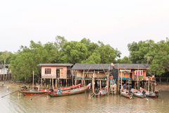Lokalt fiskebåtar och hus Thailand Royaltyfria Foton