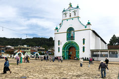 Lokalt folk framme av kyrkan av San Juan i staden av San Juan Chamula, Chiapas, Mexico royaltyfri fotografi