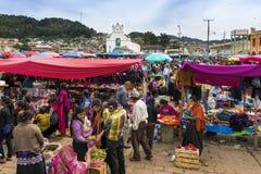 Lokalt folk i en gatamarknad i staden av San Juan Chamula, Chiapas, Mexico royaltyfria foton