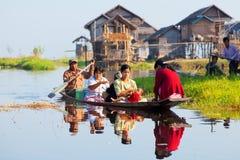 Lokalt folk i Inle sjön, Myanmar Arkivbild