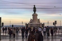 Lokalt folk och turister som g?r i i stadens centrum Lissabon i den sena eftermiddagen arkivfoto