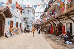 Lokalt folk på en fyrkant i stenstad Stenstaden är den gamla delen av den Zanzibar staden, huvudstaden av Zanzibar, Tanzania Arkivbilder