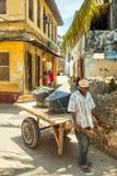 Lokalt folk på gatorna i hjärta av staden Arkivfoton
